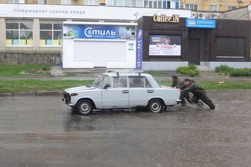 Рятувальники відбуксирували 9 авто після зливи в Кропивницькому. ФОТО