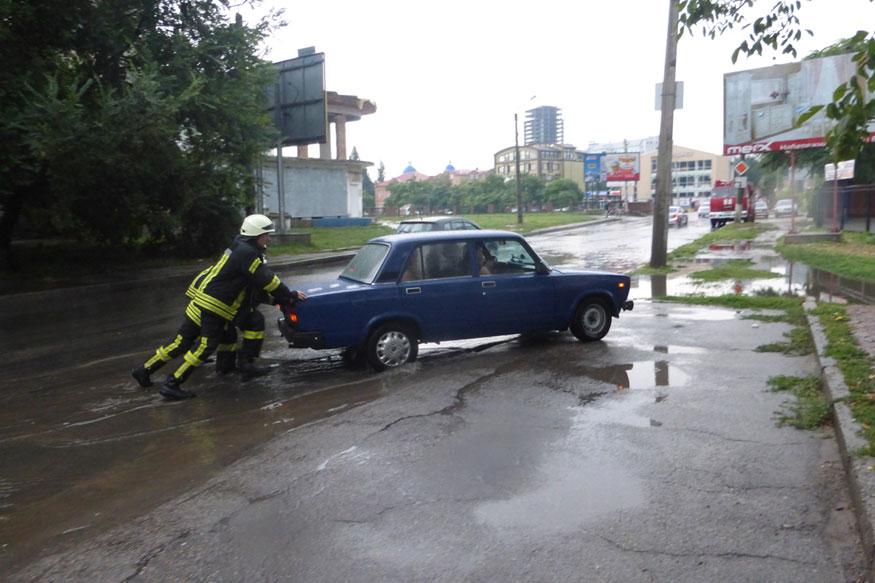 Без Купюр Рятувальники відбуксирували 9 авто після зливи в Кропивницькому. ФОТО Події  Кропивницький злива
