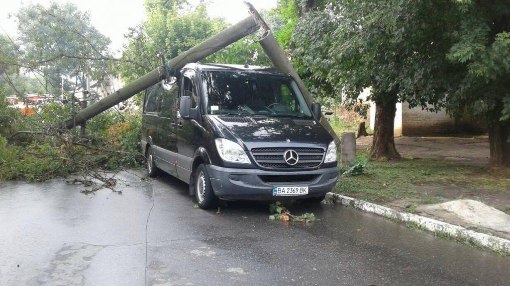 В Олександрії електроопора впала на мікроавтобус із людьми. ФОТО