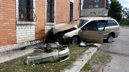 В Олександрії Citroen, обганяючи Москвич, в'їхав у будівлю. ФОТО