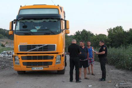 Фурам з львівськими номерами заборонили вивантажити сміття на полігоні в Олександрії. ФОТО