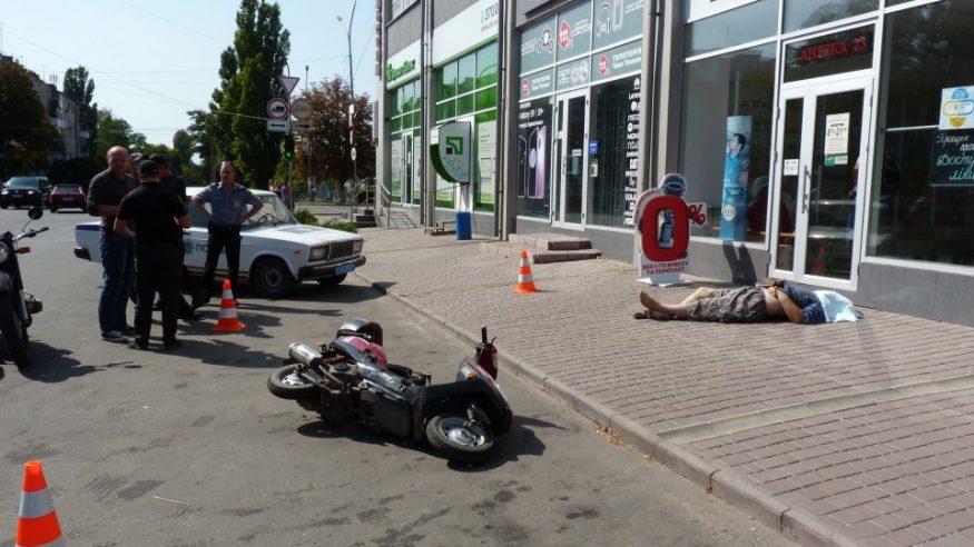 В Олександрії за нез'ясованих обставин на тротуарі помер чоловік. ФОТО - 1 - Кримінал - Без Купюр