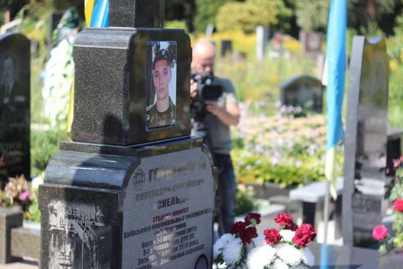 Кропивницькі спецпризначенці з новим бойовим прапором відвідали могилу побратима. ФОТО - 1 - Війна - Без Купюр