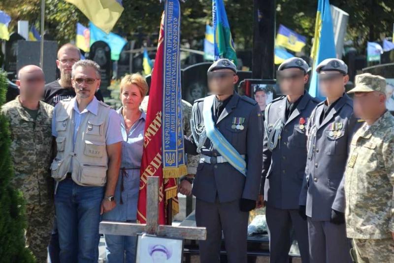 Кропивницькі спецпризначенці з новим бойовим прапором відвідали могилу побратима. ФОТО - 2 - Війна - Без Купюр
