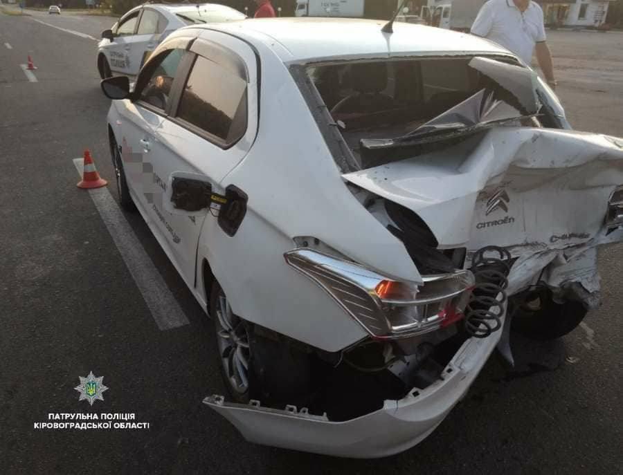 Без Купюр | За кермом | Пішохід спровокував ДТП за участі Toyota Land Cruiser Prado та Citroen C-Elysee. ФОТО 2