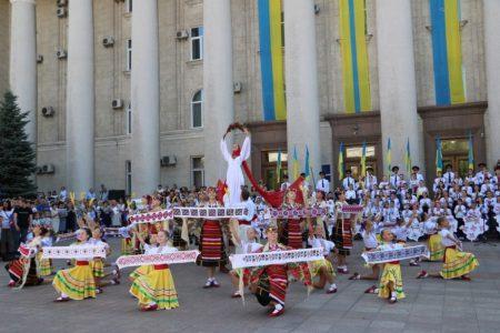 """У Кропивницькому нагородили заслужених містян та презентували вишитий """"Вінок Єдності"""". ФОТО"""