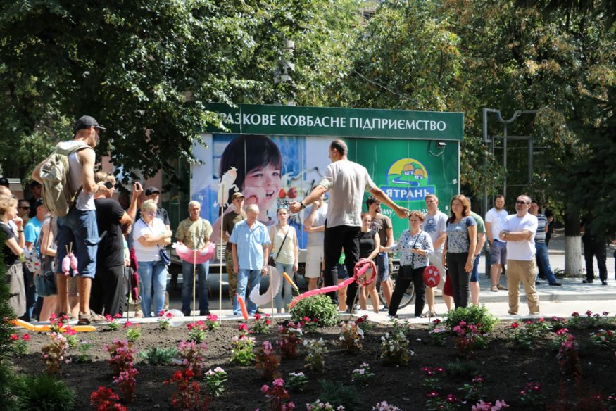 """У Кропивницькому клумбу прикрасили """"ковбасою"""" на знак хаотичної забудови міста МАФами. ФОТО - 1 - Фото - Без Купюр"""