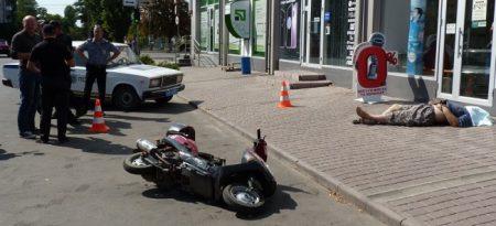 В Олександрії за нез'ясованих обставин на тротуарі помер чоловік. ФОТО
