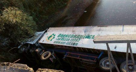 На Кіровоградщині фура злетіла з мосту. ФОТО
