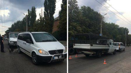 Вантажний автомобіль в'їхав у Mercedes Vito, який пропускав пасажира. ФОТО