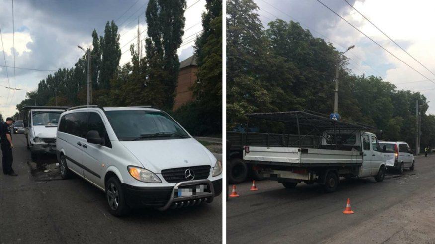 Вантажний автомобіль в'їхав у Mercedes Vito, який пропускав пасажира. ФОТО - 1 - Події - Без Купюр