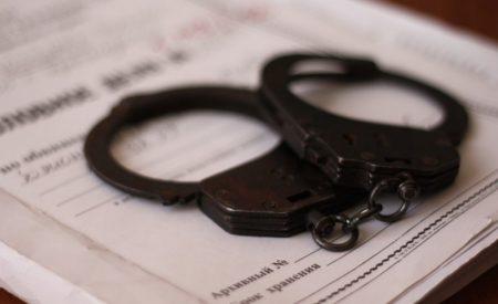 Тікав і викинув гроші: у Кропивницькому за підозрою в хабарництві затримали правоохоронця