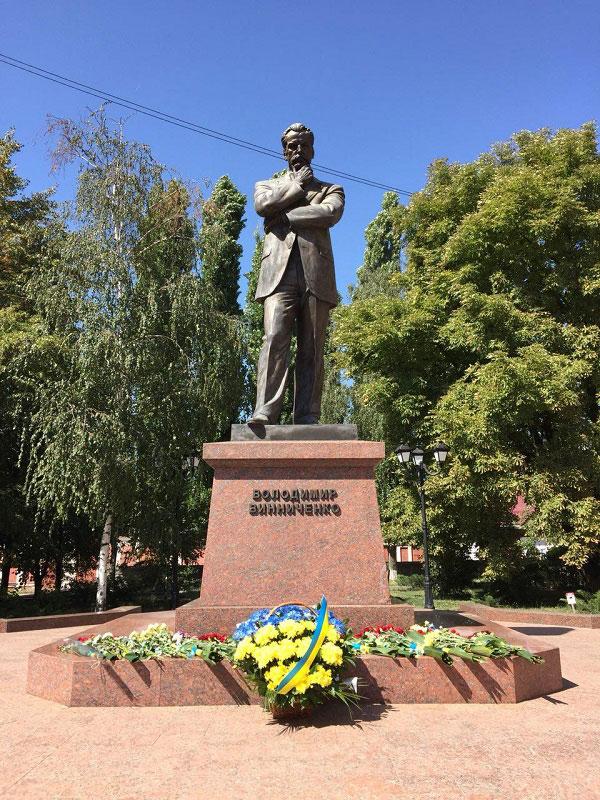 У Кропивницькому урочистості до Дня Незалежності почали з покладання квітів 1