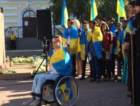 У Кропивницькому народний герой України та волонтерка підняли Державний прапор. ФОТО