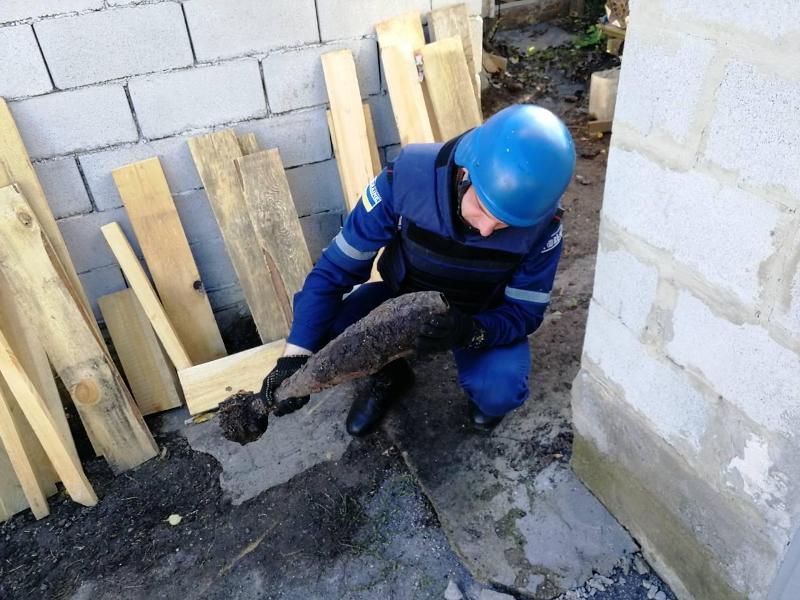 Без Купюр У Кропивницькому місцеві жителі викопали міни часів Другої світової війни Життя  сапери Кропивницький ДСНС вибухівка