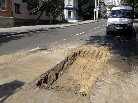 Водоканал пошкодив нове асфальтове покриття по вулиці Чорновола у Кропивницькому. ФОТО