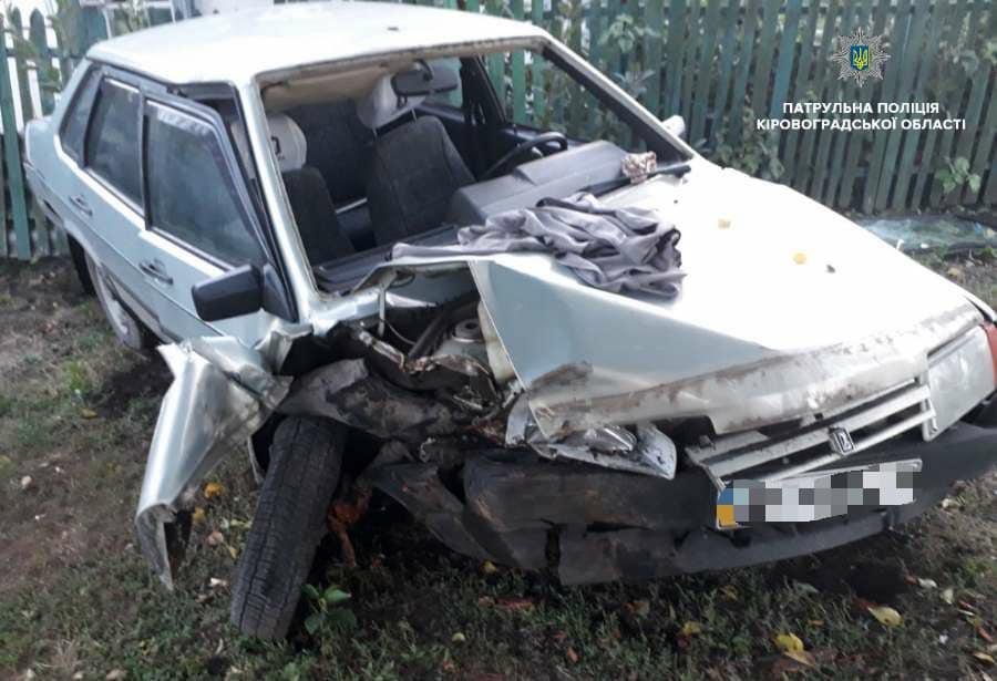 Без Купюр   За кермом   Нетверезий водій ВАЗ «влетів» у дерево та вщент розбив своє авто. ФОТО 1