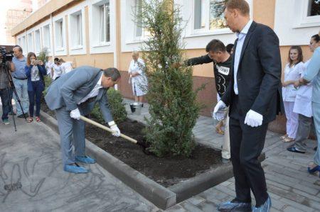 Райкович і Табалов побували у відремонтованих медзакладах та посадили ялівець. ФОТО