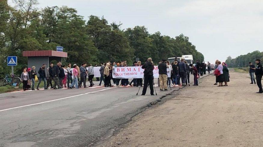 Односельці зниклої три тижні тому Діани  Хріненко перекрили дорогу на Знам'янку. ФОТО - 1 - Події - Без Купюр