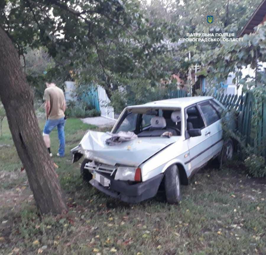 Без Купюр Нетверезий водій ВАЗ «влетів» у дерево та вщент розбив своє авто. ФОТО За кермом  Патрульна поліція Кропивницький ДТП