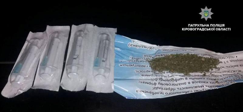 Без Купюр Цієї ночі патрульні виявили чоловіка, який мав при собі, ймовірно, наркотичні речовини Життя  Патрульна поліція наркотики затримали вулиця Тельнова