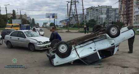 У Кропивницькому перекинулося авто. ФОТО