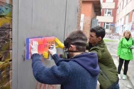 У Кропивницькому молодь за підтримки міжнародного фонду бореться з рекламою наркотиків. ФОТО