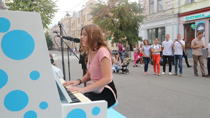 Валерія Мучлер   Культура   Жителі Кропивницького зможуть грати на піаніно у центрі міста. ФОТО 10