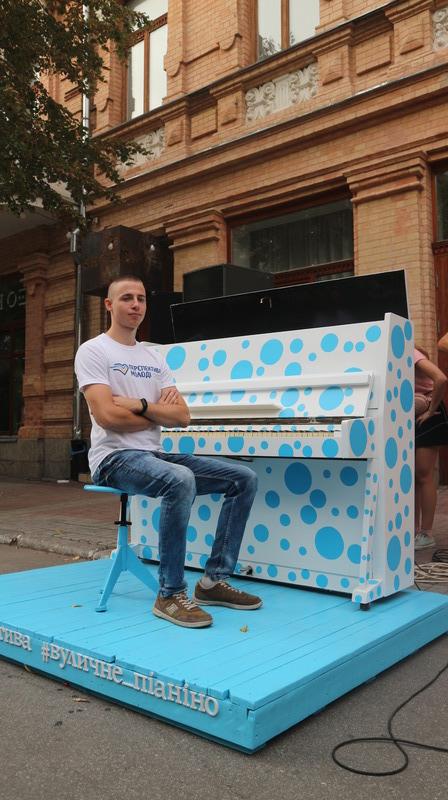 Без Купюр Жителі Кропивницького зможуть грати на піаніно у центрі міста. ФОТО Культура  фонд Перспектива піаніно Кропивницький Артем Стрижаков