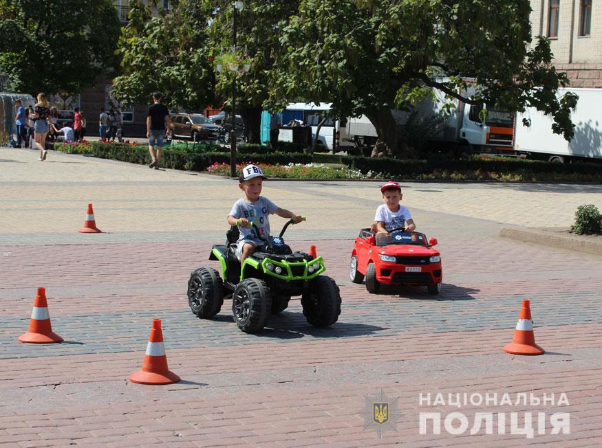 Без Купюр У Кропивницькому поліцейські приїхали на дитяче свято на бронетранспортері. ФОТО Події  Кропивницький діти бронетранспортер