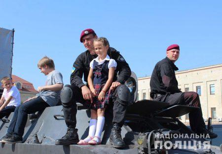 У Кропивницькому поліцейські приїхали на дитяче свято на бронетранспортері. ФОТО