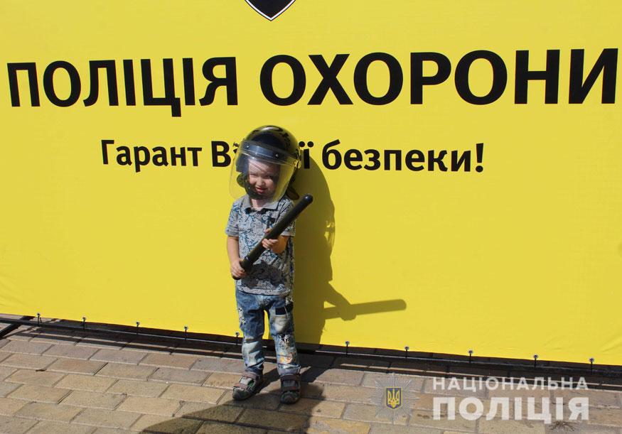 У Кропивницькому поліцейські приїхали на дитяче свято на бронетранспортері. ФОТО - 6 - Події - Без Купюр