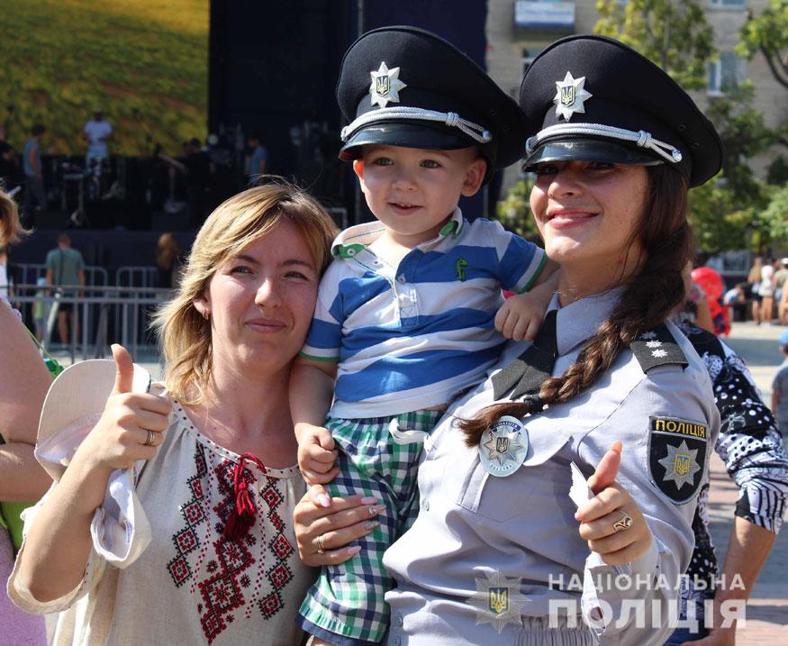 У Кропивницькому поліцейські приїхали на дитяче свято на бронетранспортері. ФОТО - 4 - Події - Без Купюр