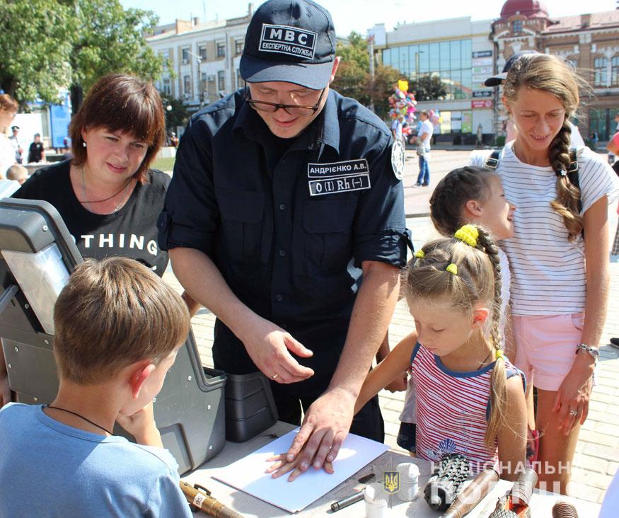 У Кропивницькому поліцейські приїхали на дитяче свято на бронетранспортері. ФОТО - 3 - Події - Без Купюр