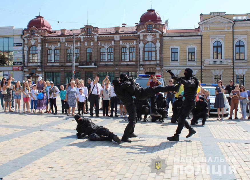 У Кропивницькому поліцейські приїхали на дитяче свято на бронетранспортері. ФОТО - 1 - Події - Без Купюр