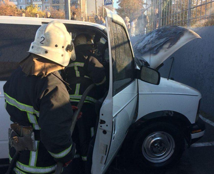 Без Купюр | Життя | Вчора у Кропивницькому горіла автівка Chevrolet. ФОТО 2