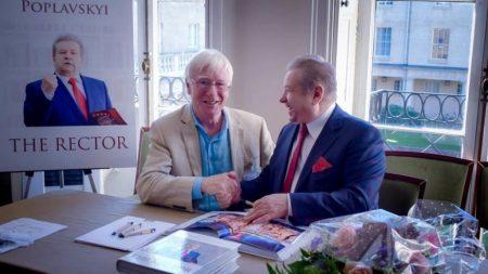 Поплaвський у Кембриджi презентувaв свою книгу з фейковим професором — виклaдaч