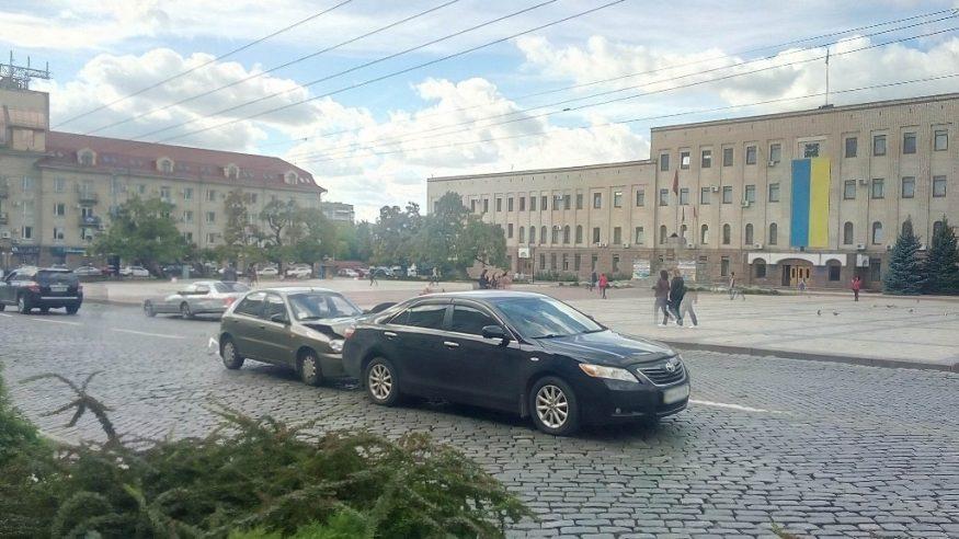 Без Купюр | За кермом | Біля центральної площі Кропивницького зіткнулися Lanos і Toyota. ФОТО 1