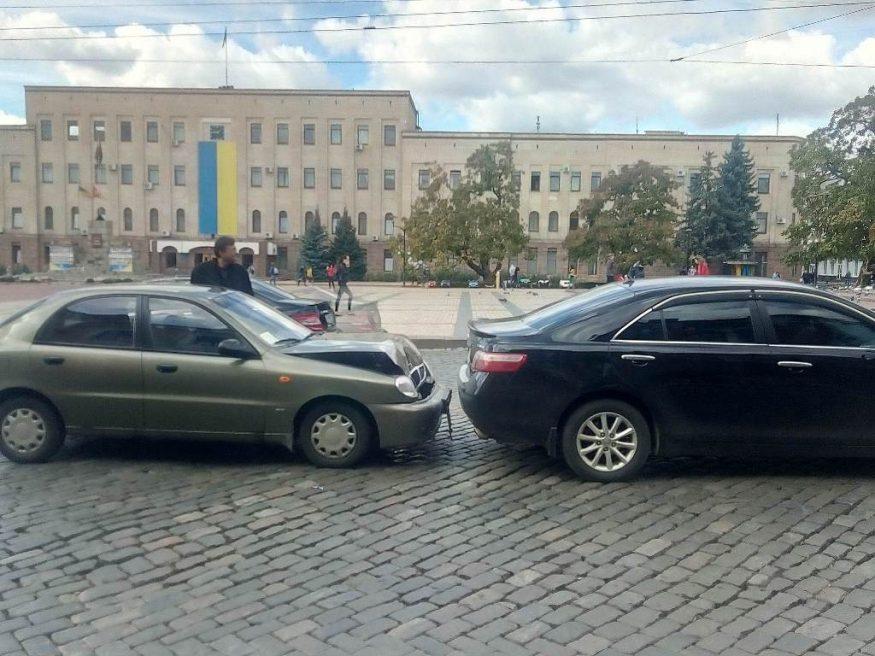 Без Купюр | За кермом | Біля центральної площі Кропивницького зіткнулися Lanos і Toyota. ФОТО 2
