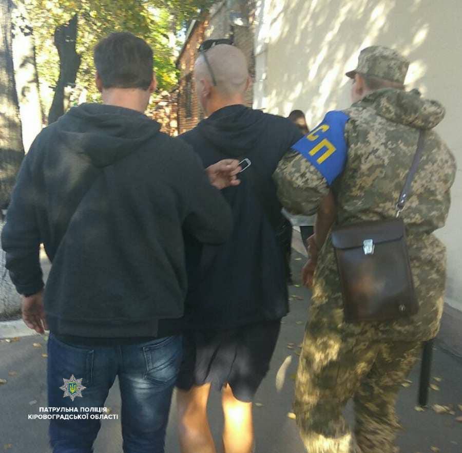 Без Купюр У Кропивницькому патрульні у власний вихідний затримали дезертира, який перебував у розшуку. ФОТО Життя  Патрульна поліція Кропивницький дезертир