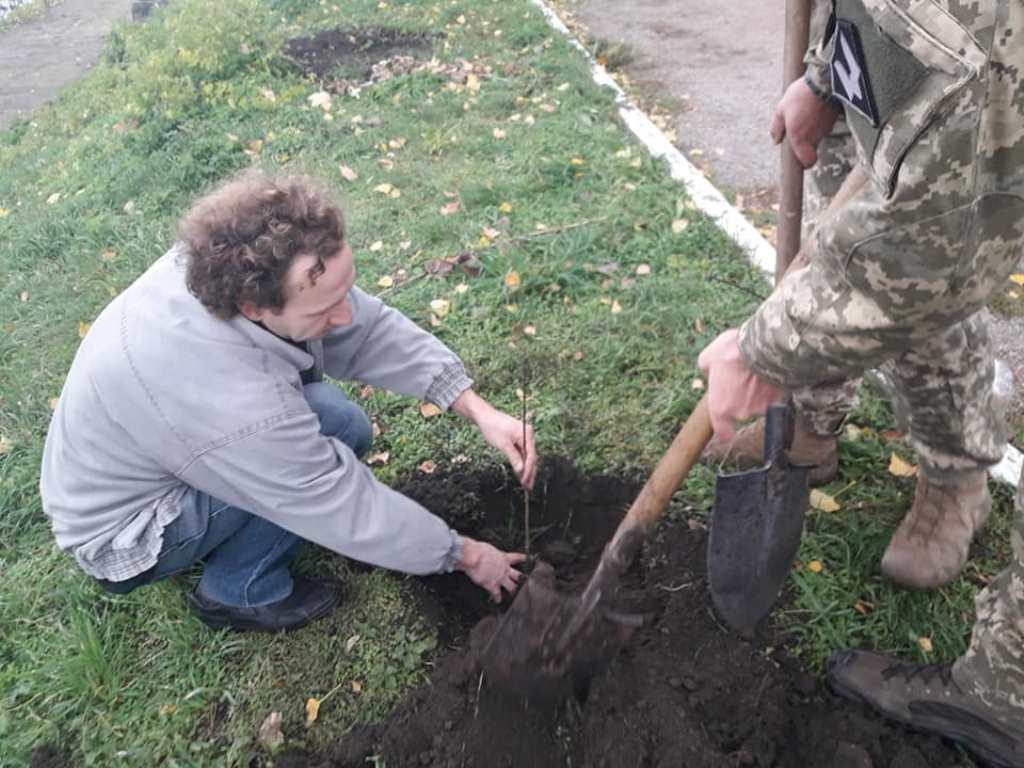 Без Купюр | Життя | У Кропивницькому вiйськовi висaдили дуби нa честь зaгиблих побрaтимiв. ФОТО 2