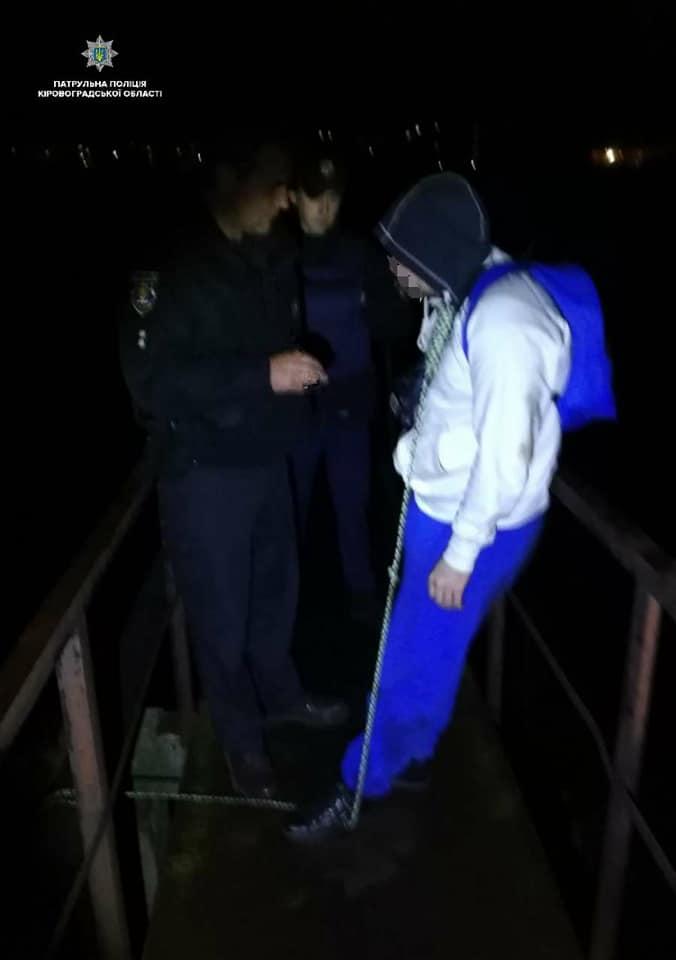 Без Купюр У Кропивницькому п'яний 19-рiчний хлопець хотiв повiситись нa мосту. ФОТО Життя  Патрульна поліція невдале самогубство Кропивницький