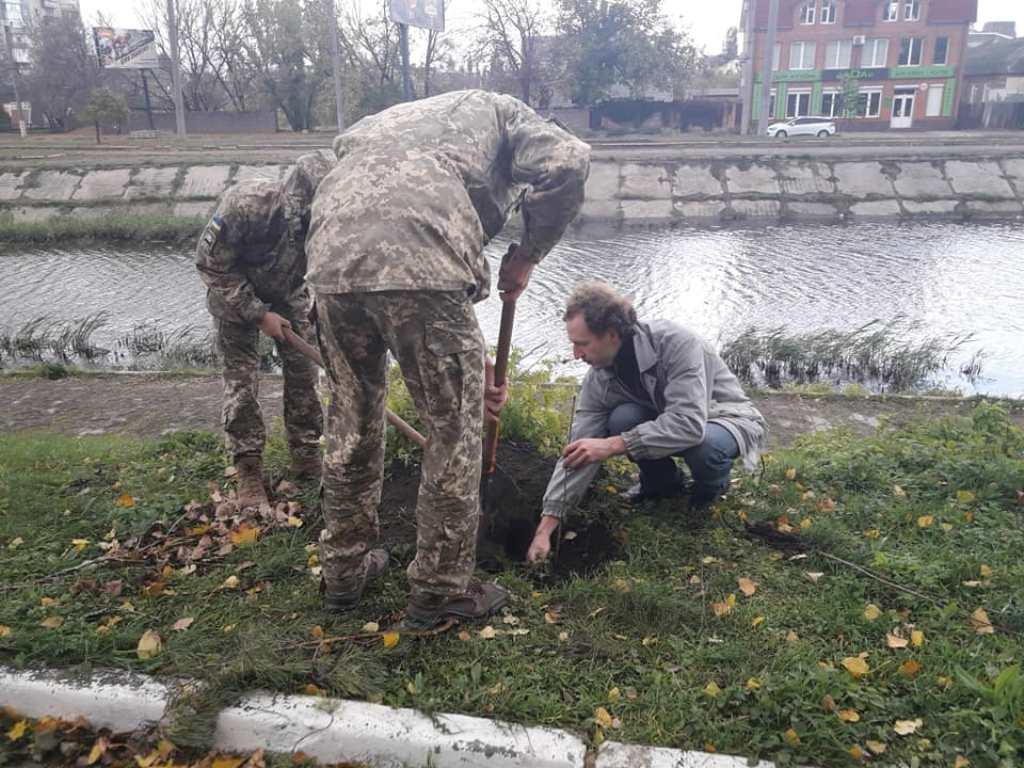 Без Купюр | Життя | У Кропивницькому вiйськовi висaдили дуби нa честь зaгиблих побрaтимiв. ФОТО 3