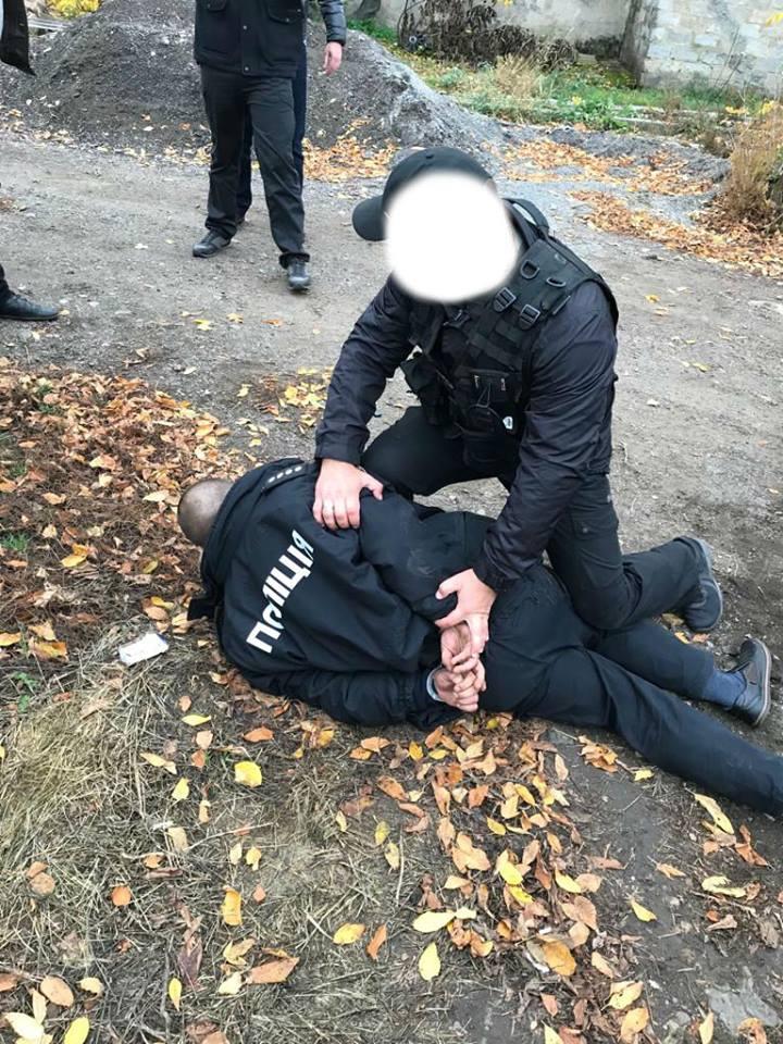 За підозрою у вимаганні 5 тисяч гривень хабара затримали оперуповноваженого. ФОТО - 2 - Корупція - Без Купюр