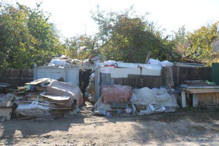 Більше не сміттєзвалище: у Кропивницькому почали вивозити сміття із захаращеного подвір'я родини глухонімих. ВІДЕО