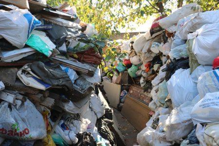 У Кропивницькому з сурдоперекладачем вмовляли родину позбутися завалів сміття. ФОТО