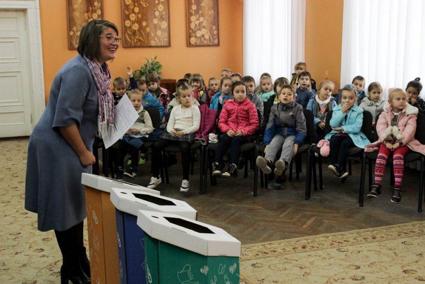 Без Купюр | Освіта | Школярів Кропивницького вчили сортувати сміття та подарували у школи еко-контейнери. ФОТО 2