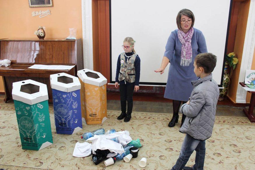 Школярів Кропивницького вчили сортувати сміття та подарували у школи еко-контейнери. ФОТО - 7 - Освіта - Без Купюр