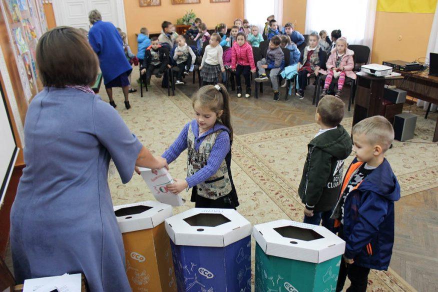 Без Купюр | Освіта | Школярів Кропивницького вчили сортувати сміття та подарували у школи еко-контейнери. ФОТО 9