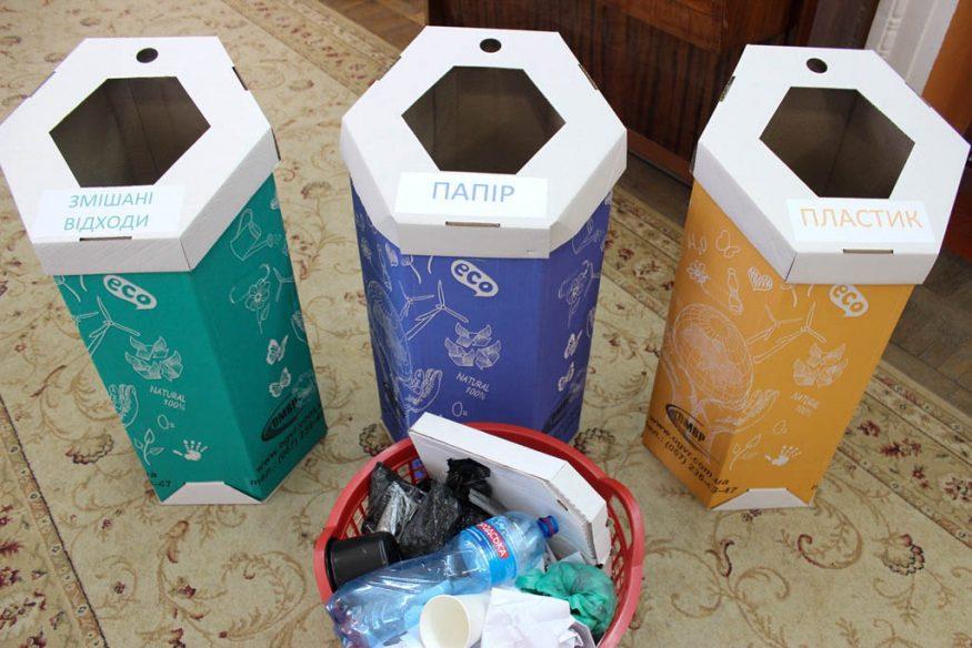 Без Купюр | Освіта | Школярів Кропивницького вчили сортувати сміття та подарували у школи еко-контейнери. ФОТО 8